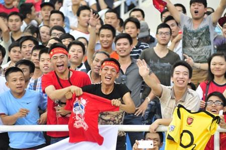 Niềm vui của các khán giả khi nhận được quà từ Arsenal