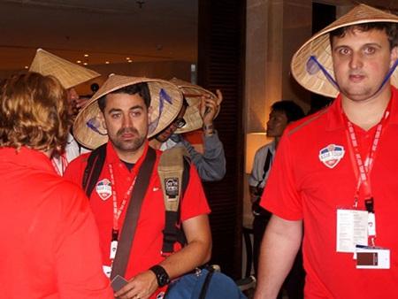 Cầu thủ Arsenal cảm thấy thích thú với nón Việt Nam - Ảnh: An An