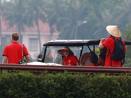 Các cầu thủ Arsenal ngắm cảnh ở Việt Nam - Ảnh: An An