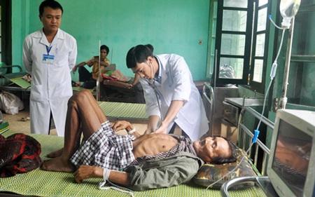 Y bác sĩ Trung tâm y tế Tây Trà chăm sóc sức khỏe ông Thanh