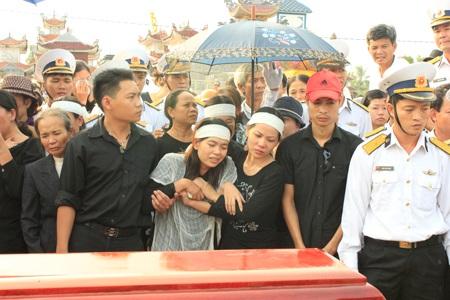 Nước mắt người thân trong lễ an táng liệt sỹ Đinh Văn Nam