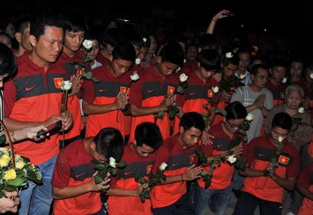 U19 Việt Nam thể hiện lòng thành kính với cố Đại tướng Võ Nguyên Giáp - Ảnh: Gia Hưng