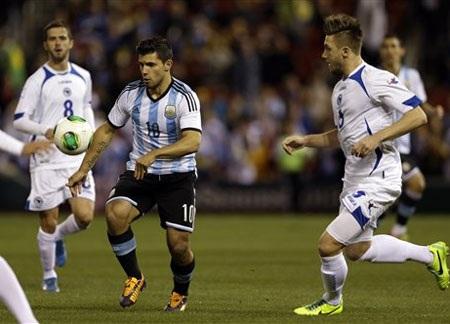 Aguero lập cú đúp trong chiến thắng của Argentina