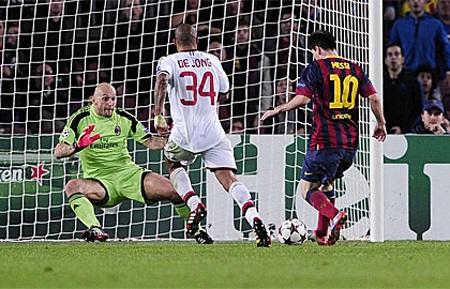Messi chói sáng với một cú đúp vào lưới Abbiati