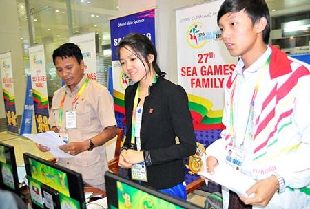 Các tình nguyện viên SEA Games tỏ ra niềm nở với khách