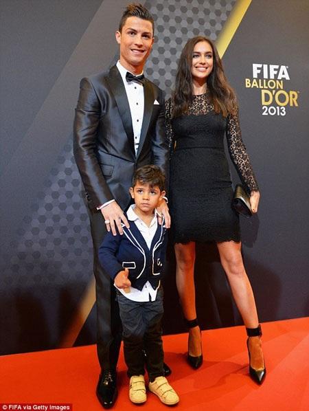 C. Ronaldo bên cạnh bạn gái Irina Shayk và cậu con trai Junior