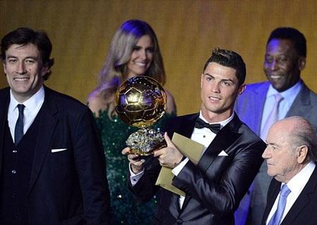 C. Ronaldo bên cạnh chủ tịch FIFA Sepp Blatter...