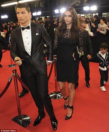 Bạn gái Irina Shayk ở bên cạnh CR7 trong suốt đêm Gala trao giải