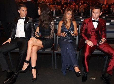 Lionel Messi cũng có mặt ở buổi lễ trong trang phục bắt mắt, anh chỉ giành Quả bóng bạc