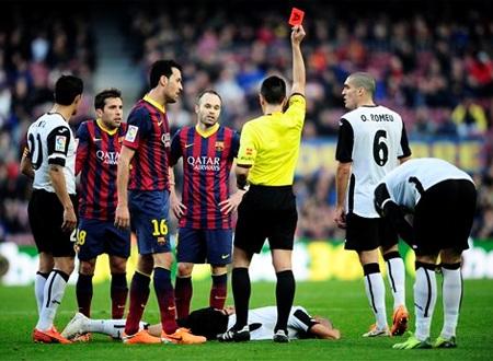 Thẻ đỏ của Alba cho thấy sự bất lực của hàng thủ Barcelona