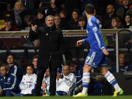 Mourinho bị truất quyền chỉ đạo vì phản ứng trọng tài
