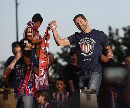 Thầy trò HLV Simeone hân hoan khi trở về thủ đô Madrid