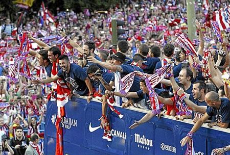 Các cầu thủ Atletico chia sẻ niềm vui với người hâm mộ
