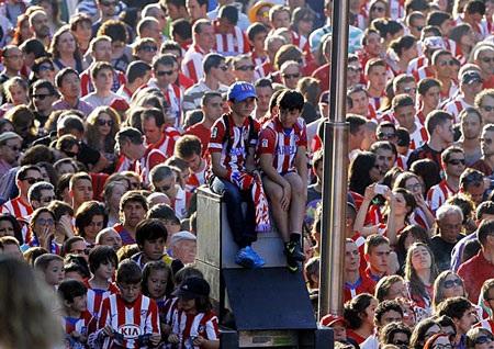 Rất công các CĐV nhí đã chờ đợi để đón đoàn xe chờ cầu thủ Atletico
