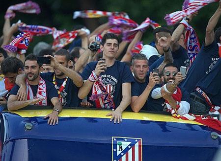 Các cầu thủ Atletico thi nhau tự sướng