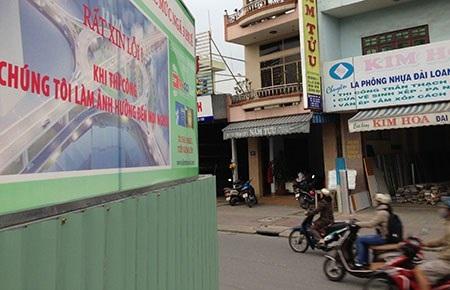 Biển xin lỗi dân tại công trình nút giao thông ngã ba Huế ở TP Đà Nẵng. Ảnh: LÊ PHI