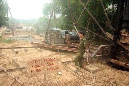 Cầu chưa xây xong đã chết 2 mạng người - 1
