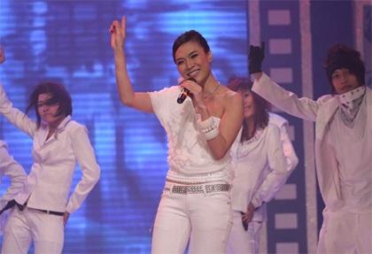 "MC Mỹ Tâm ""sung"" trên sân khấu - 13"