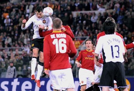 Khoảnh khắc trầm bổng Ronaldo tại Quỷ đỏ MU - 9