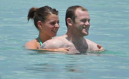 """Vợ Rooney """"vác"""" bụng bầu đi tắm biển - 2"""