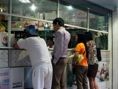 Dân mua tích trữ, Tamiflu đội giá gần 30%  - 1