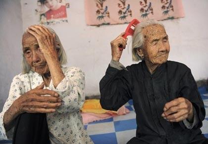Cặp sinh đôi già nhất thế giới - 2