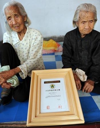 Cặp sinh đôi già nhất thế giới - 3