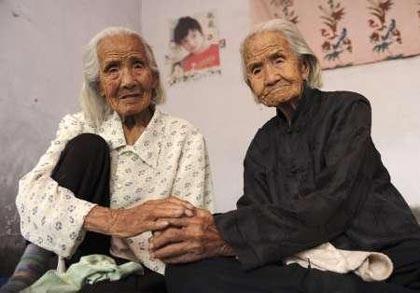 Cặp sinh đôi già nhất thế giới - 4