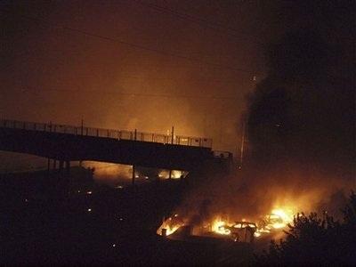 Tàu lao vào nhà dân, gây cháy nổ dữ dội, 10 người chết - 1