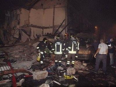 Tàu lao vào nhà dân, gây cháy nổ dữ dội, 10 người chết - 4
