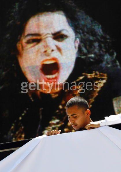"""Lễ truy điệu """"ông vua nhạc Pop"""" trước giờ G - 14"""