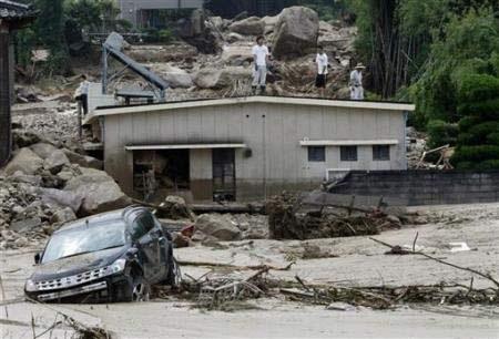 Chùm ảnh: Mưa lũ gây lở đất kinh hoàng ở Nhật Bản - 5
