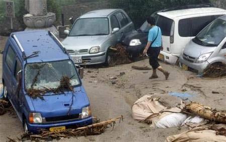 Chùm ảnh: Mưa lũ gây lở đất kinh hoàng ở Nhật Bản - 13