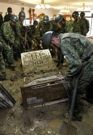 Chùm ảnh: Mưa lũ gây lở đất kinh hoàng ở Nhật Bản - 1