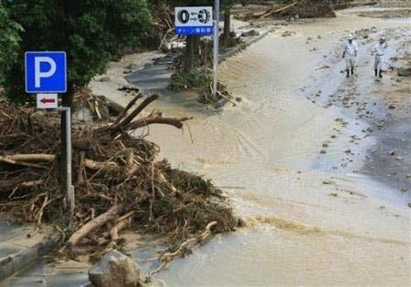 Chùm ảnh: Mưa lũ gây lở đất kinh hoàng ở Nhật Bản - 7