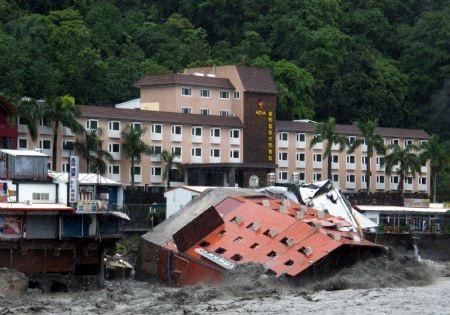 Video: Bão quật đổ một khách sạn ở Đài Loan - 3