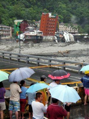 Video: Bão quật đổ một khách sạn ở Đài Loan - 2