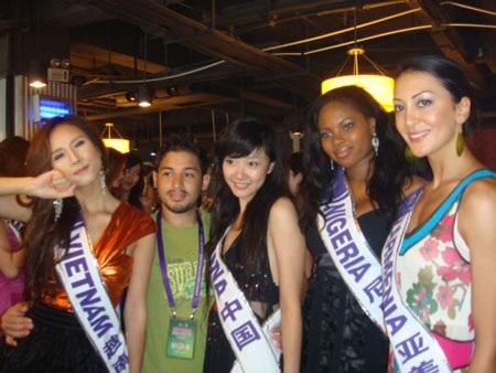 Thái Hà kết thân với thí sinh nước chủ nhà  - 5