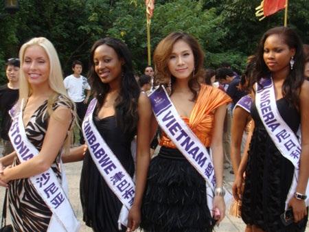 Thái Hà kết thân với thí sinh nước chủ nhà  - 3