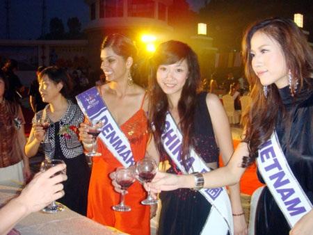 Thái Hà kết thân với thí sinh nước chủ nhà  - 13