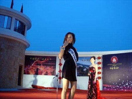 Thái Hà kết thân với thí sinh nước chủ nhà  - 10
