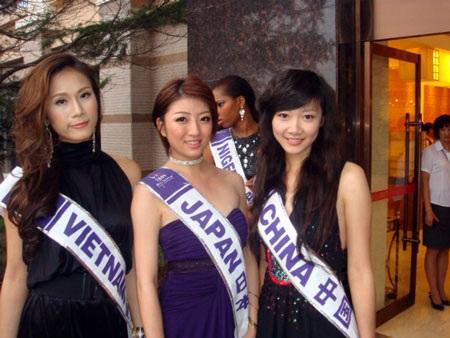 Thái Hà kết thân với thí sinh nước chủ nhà  - 9