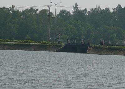 Trượt chân xuống hồ, 2 học sinh chết đuối thương tâm - 1