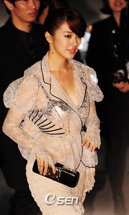 Yoon Eun Hye diện áo nhìn xuyên thấu - 4