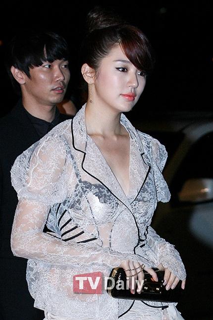 Yoon Eun Hye diện áo nhìn xuyên thấu - 8