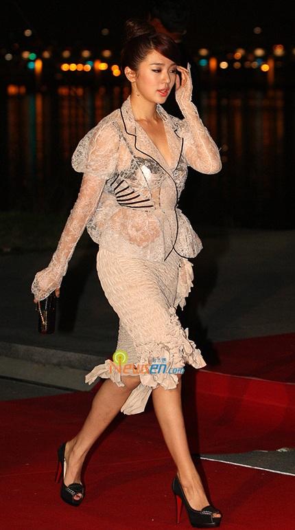 Yoon Eun Hye diện áo nhìn xuyên thấu - 1