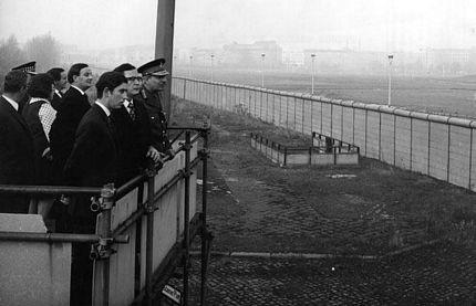 Thái tử Charles của Anh trong chuyến thăm Bức tường Berlin năm 1972.