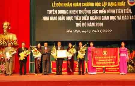Sở GD-ĐT Hà Nội nhận Huân chương Độc lập hạng Nhất - 1