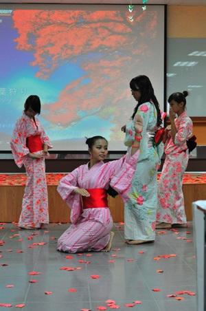 """Nữ sinh """"say"""" với điệu múa Geisha - 1"""