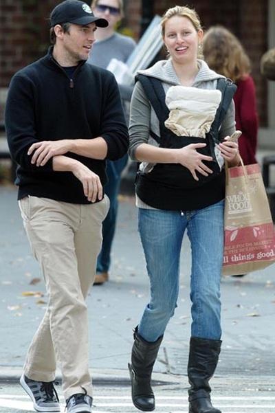 Karolina Kurkova dạo phố cùng em bé mới sinh - 1